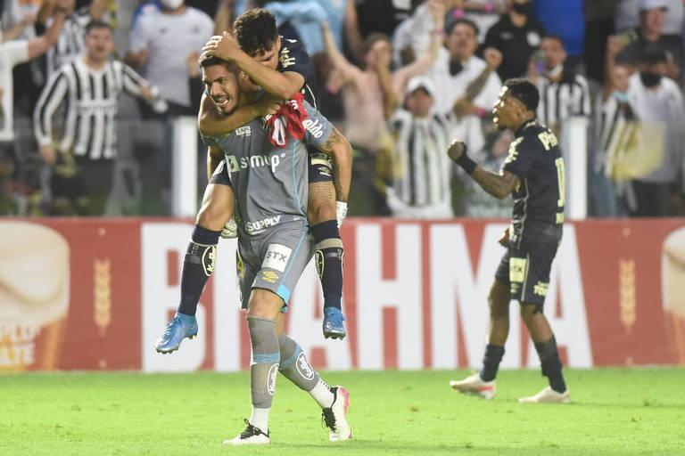 Jogadores do Sanros comemoram vitória contra o Grêmio no último domingo (10)