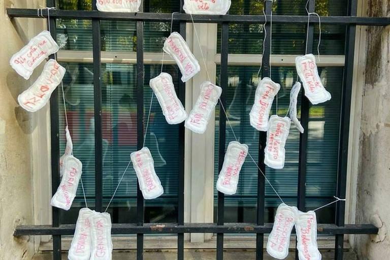 Manifestantes pregam absorventes na embaixada do Brasil em Paris em protesto a veto de Bolsonaro