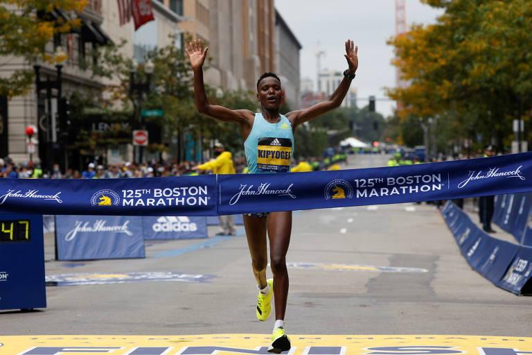 Queniana Diana Kipyogei cruza linha de chegada da Maratona de Boston de 2021 em primeiro lugar