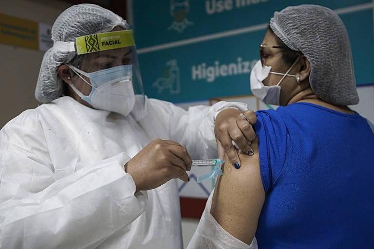 Trabalhadores da saúde são vacinados contra a Covid em Manaus