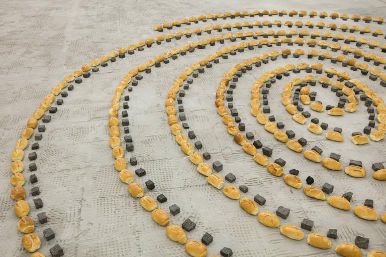 Instalação com pedras que formam espécie de mandala no chão