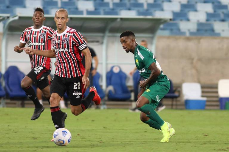 Miranda (à esq.) disputa a bola durante partida entre São Paulo e Cuiabá, o quinto empate seguido do Tricolor no Brasileirão