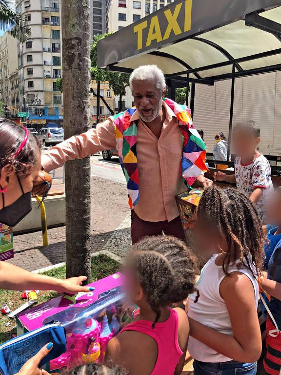 O ativista Sebastião Nicomedes durante ação do Dia das Crianças