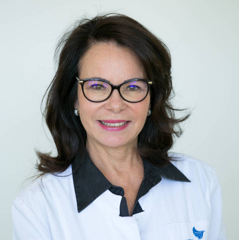 Maira Caleffi usa jaleco branco e sorri