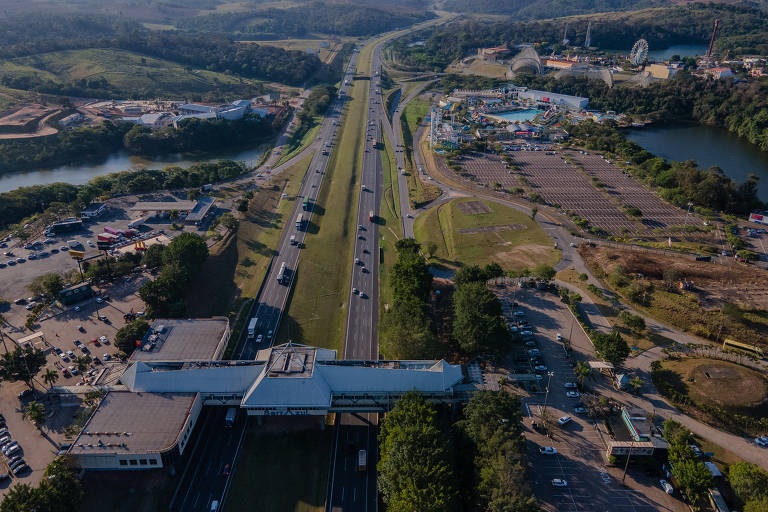 Rodovia vista de cima, com construções nas margens