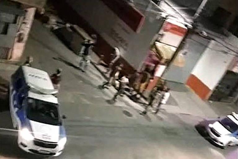 reprodução de TV mostra carros de polícia em cena de crime