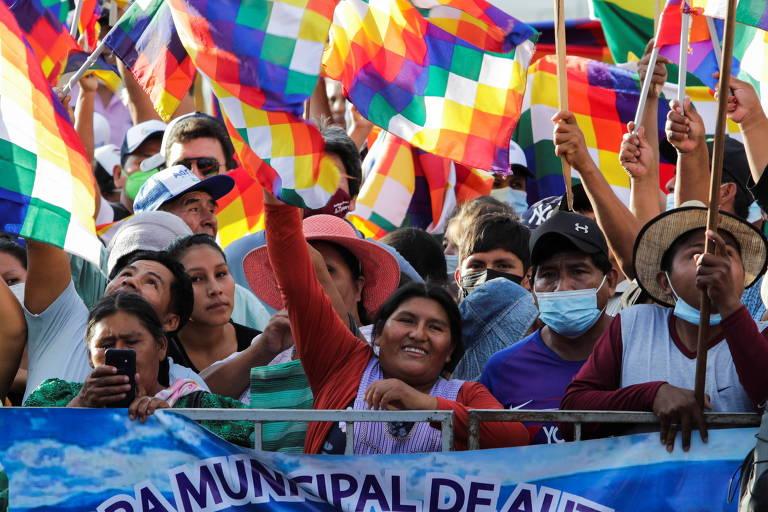 Manifestantes se reúnem em apoio ao presidente boliviano, Luis Arce, e à bandeira indígena de wiphala, em Santa Cruz, Bolívia