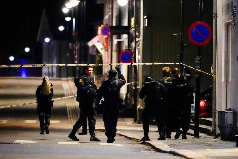 Policiais investigam ataque com arco e flecha em Kongsberg, na Noruega