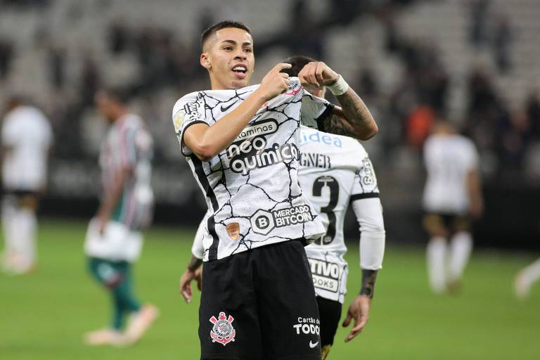 O garoto Gabriel Pereira, 20 anos, comemora em frente à torcida corintiana o seu primeiro gol na Neo Química Arena