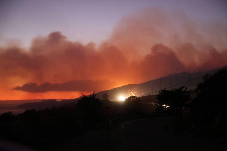 Fumaça em área florestal deixa o céu avermelhado