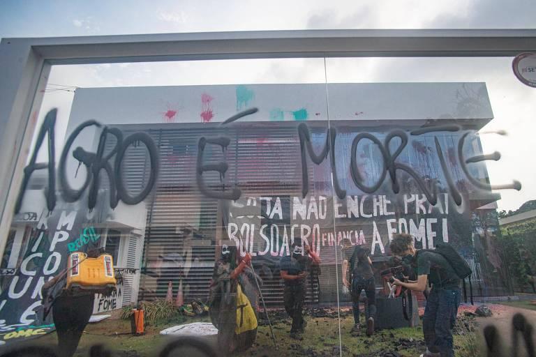 Via Campesina picha prédio da Aprosoja em protesto contra fome; veja vídeo