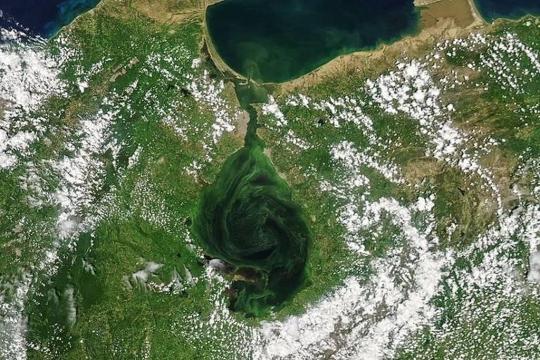 Imagem aérea mostra lago verde