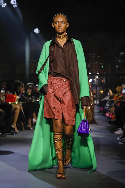 Uma modelo apresenta um look no desfile de moda Valentino na primavera de 2022 em Paris