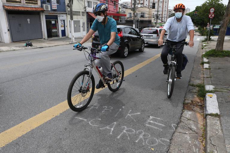 Um grupo de ativistas denunciou que a Prefeitura de São Paulo, gestão Ricardo Nunes (MDB), começou a implantar uma ciclofaixa na rua Luís Góis, na Vila Mariana (zona sul da capital paulista), mas parou. Na foto, os ciclistas Estevão Laurito (camisa branca) e Thomas Wang.