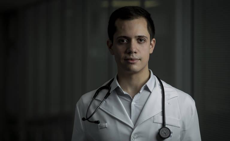 Mateus Henrique Fernandes, 25, médico formado pela Faculdade de Medicina da USP em 2020. Neste ano, começou a trabalhar no pronto-socorro do Hospital da Força Aérea de são Paulo e e em duas unidades da Rede Dor no ABC paulista: hospitais Assunção, em São Bernardo do Campo, e Brasil, em Santo André