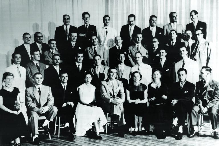 foto em preto e branco de grupo de alunos do início dos anos 50