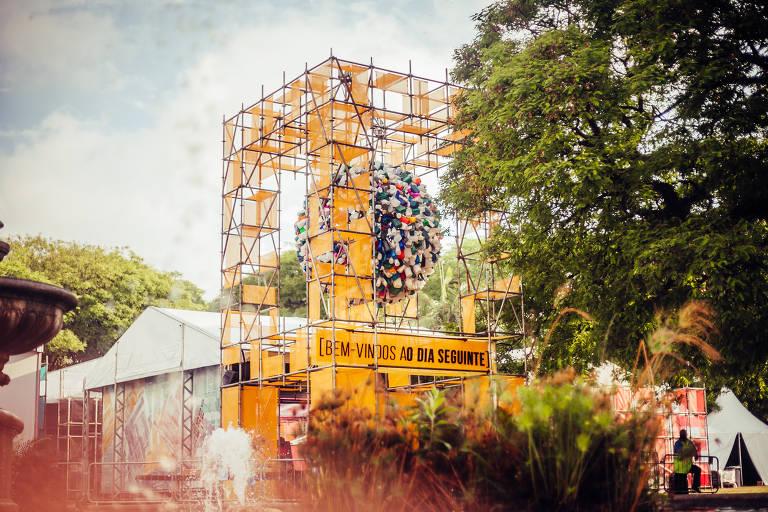 Entrada da exposição com um planeta de plástico e piso de LED que falam sobre consumismo e desperdício