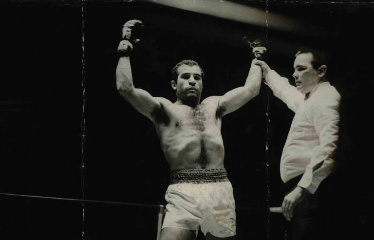 Lutador Miguel de Oliveira durante luta em 1972
