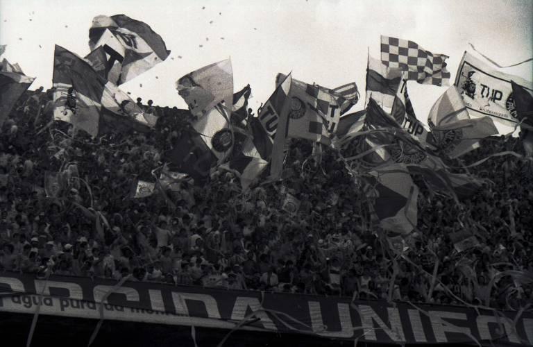 As bandeiras com mastro estão proibidas nos estádios desde 1996. A razão foi que, um ano antes, um jogo de juniores entre São Paulo e Palmeiras no Pacaembu terminou com briga generalizada e um morto