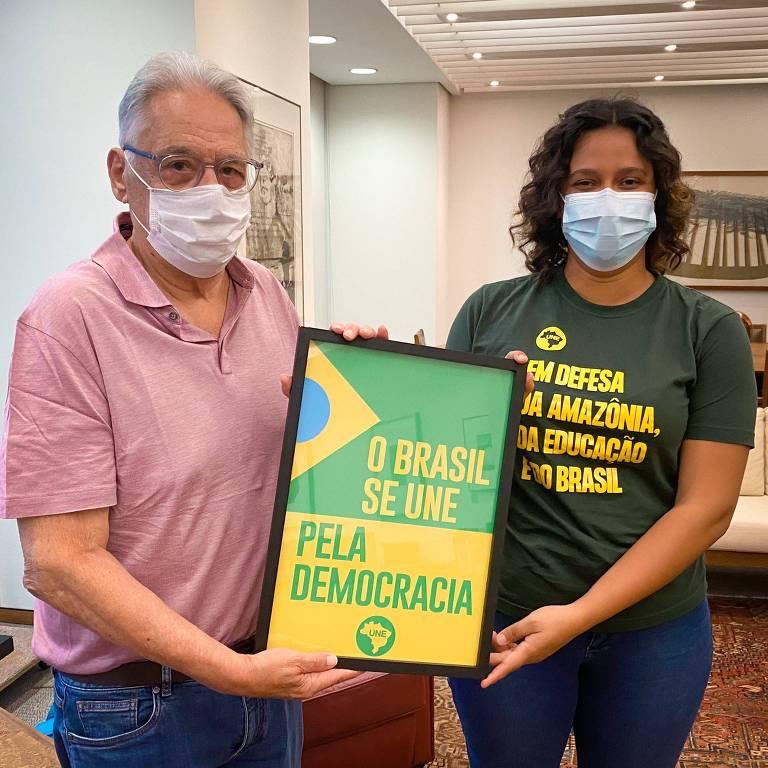 O ex-presidente Fernando Henrique Cardoso (PSDB) e Bruna Brelaz, da UNE