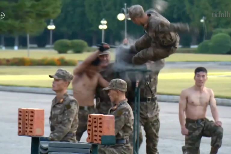 Soldados quebram concreto e deitam em cacos de vidro na Coreia do Norte; veja vídeo