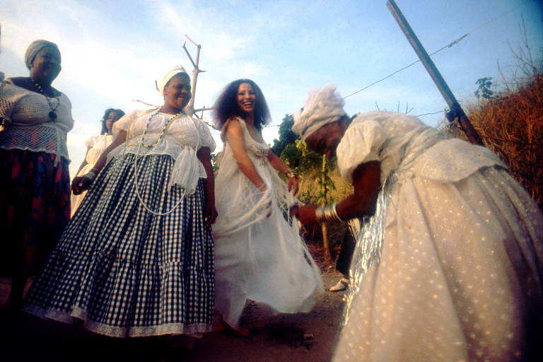 clara nunes dança com mulheres em trajes de baiana tradicionais