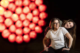 *Coluna Monica Bergamo*: Retrato da atriz Marisa Orth e da jornalista Barbara Gancia, no palco do teatro FAAP  onde Marisa Orth apresentara o  o monologo