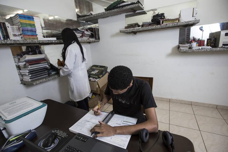 O estudante Willian Luiz dos Santos, 20, passou na UFPR no curso de medicina. Apesar de já estar com a vaga garantida, ele conta que quando tem um tempo livre ainda estuda biologia e química