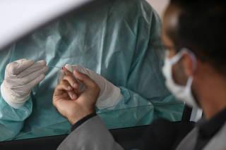 Teste rápido de anticorpos para o coronavírus feito em Brasília