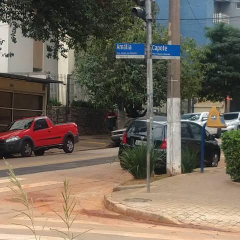 Esquina das ruas Amália de Noronha e Capote Valente, em Pinheiros, zona oeste da capital paulista, cenário de furtos e assalto à mão armada, segundo relato de moradores