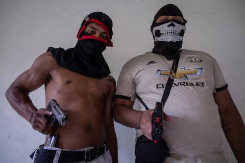 RIO DE JANEIRO, RJ, BRASIL, 12-09-2020: Retrato dos traficantes Perverso, 26, e Orelha, 22, com armas usada pelo tráfico de drogas em uma favela do Rio de Janeiro. Folha faz o ultimo capítulo do especial