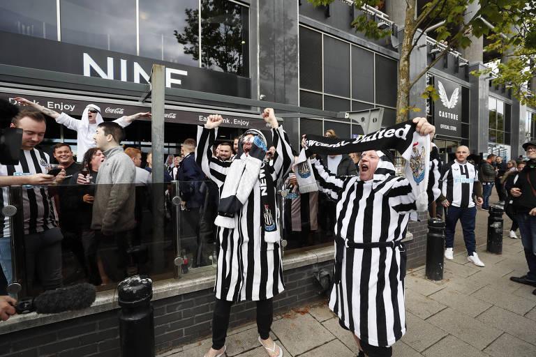 Torcedores do Newcastle fora do estádio antes da partida contra o Tottenham