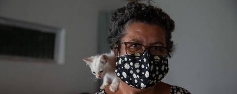 PACARAIMA, RR, 04.09.2021: COTIDIANO - VIOLENCIA - Madre Maria (Ana Maria da Silva, 60, freira) recebe em seu abrigo chamado Casa São José, em Pacaraima, na fronteira com a Venezuela, mulheres na maior parte venezuelanas e vulneráveis, com seus filhos, e faz um trabalho de prevenção para elas não se tornarem vítimas de tráfico de pessoas. Na foto, a freira Ana Maria da Silva, 60, conhecida como Madre Maria, no abrigo que ela montou em Pacaraima com a Congregação das Irmãs de São José e Chambery, posa com o gatinho Floco. (Foto: Mathilde Missioneiro/Folhapress) **EXCLUSIVO FOLHA**
