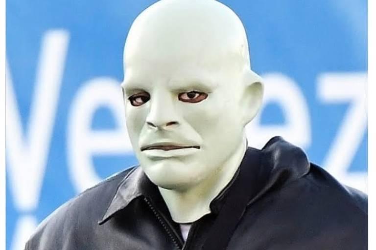 Kanye West usa máscara de disfarce e fica irreconhecível em evento