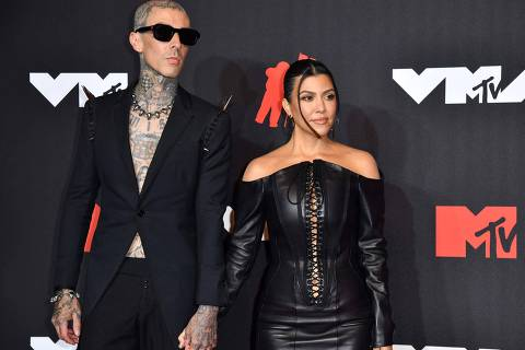 US drummer Travis Barker and US personality Kourtney Kardashian arrive for the 2021 MTV Video Music Awards at Barclays Center in Brooklyn, New York, September 12, 2021. (Photo by ANGELA  WEISS / AFP)