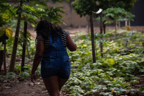 BOA VISTA, RR, 05.09.2021: COTIDIANO - VIOLENCIA - Especial Gênero Feminino sobre tráfico de mulheres no estado de Roraima. Mada, 33, na casa de uma amiga em Boa Vista, conta como foi traficada a fim de exploração sexual em um garimpo na Guiana Inglesa. Na foto, Mada caminha no quintal da casa de sua amiga.(Foto: Mathilde Missioneiro/Folhapress) **EXCLUSIVO FOLHA**