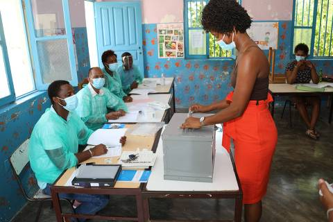 (211018) -- PRAIA, Oct. 18, 2021 (Xinhua) -- A woman casts vote at a polling station in Praia, capital of Cape Verde, Oct. 17, 2021. Cape Verde held presidential election on Sunday. (Photo by Joao Paulo/Xinhua)