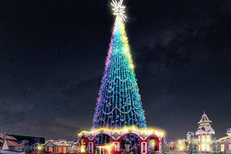 Uma árvore de Natal com 65 metros de altura faz parte da decoração do local e pode render boas fotos para as redes sociais