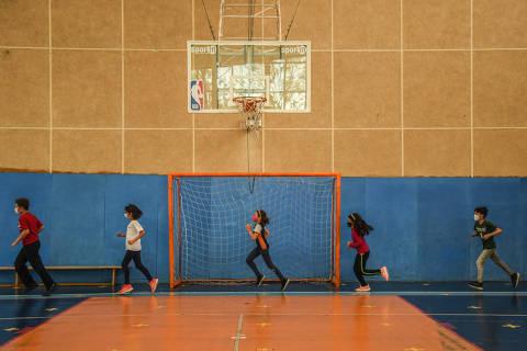SÃO PAULO / SÃO PAULO / BRASIL -18 /10/21 - :00h - Aulas presenciais obrigatórias em SP. Governo Doria determinou que as aulas presenciais são obrigatórias nas escolas a partir desta segunda (18). Vamos ao colégio Humboldt para mostrar as medidas de segurança adotadas para receber todos os estudantes. Aula de Educação Física com distanciamento e máscaras.  ( Foto: Karime Xavier / Folhapress) . ***EXCLUSIVO***COTIDIANO