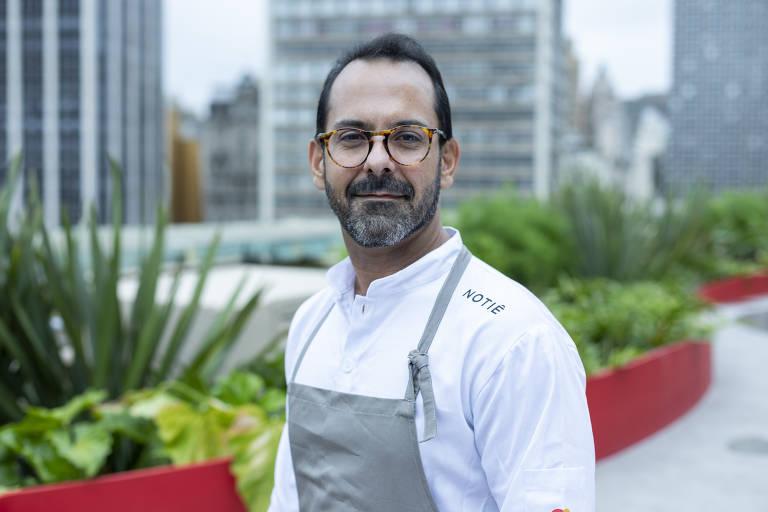 Chef Onildo Rocha no terraço do Priceless, com vista para o Vale do Anhangabaú e e Teatro Municipal, no centro de SP