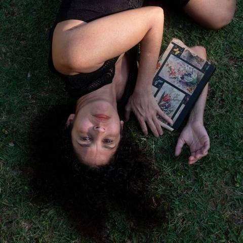 A cineasta Janaina Diniz segura um dos diários de sua mãe, a atriz Leila Diniz, morta em um acidente aéreo que completa 50 anos em 2022