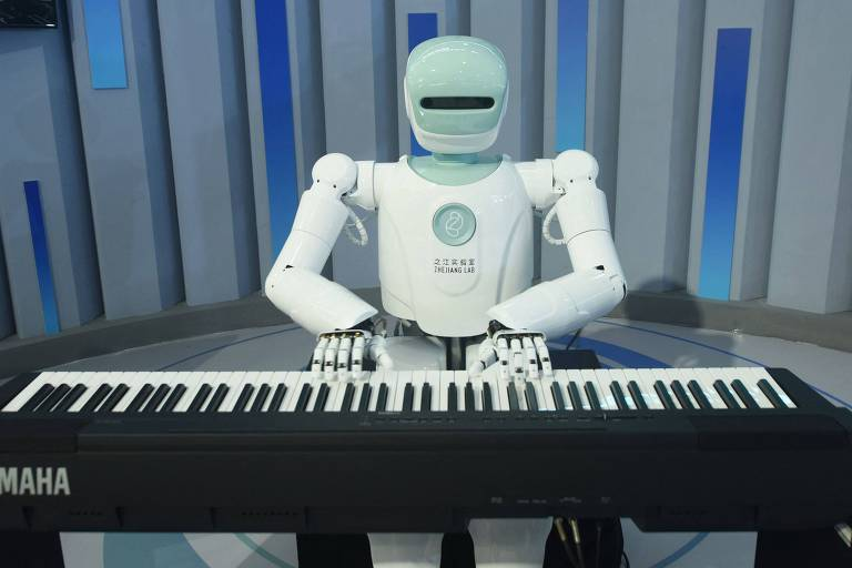 Robô branco em formato humano sentado ao piano