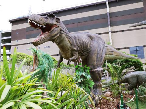 Versão menor de tiranossauro rex em exposição no parque