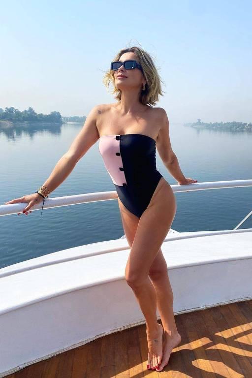 Imagem mostra mulher loira de maiô em um barco, no Rio Nilo