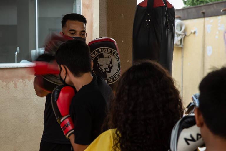 Crianças participam de aula de defesa pessoal no Projeto Nova, em Campo Grande, que atende vítimas de abuso sexual e seus familiares