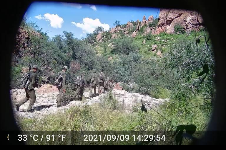 Aposentado instala câmeras escondidas para filmar entrada ilegal de migrantes nos EUA