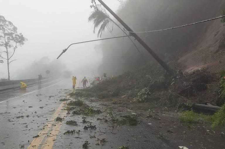 Com quedas de barreiras, rodovia dos Tamoios, em SP, fica interditada por quase 30 horas