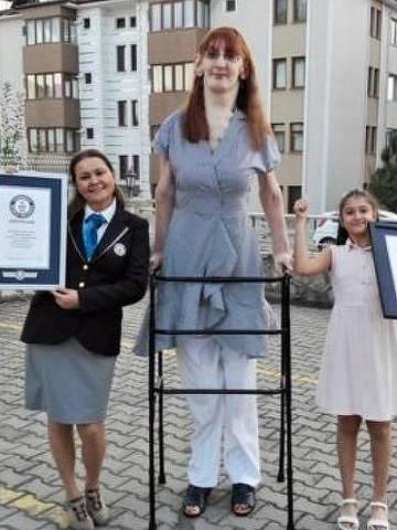 Rumeysa Gelgi tem 2,15 metros de altura e é a mulher mais alta do mundo - Guiness World Records/PA