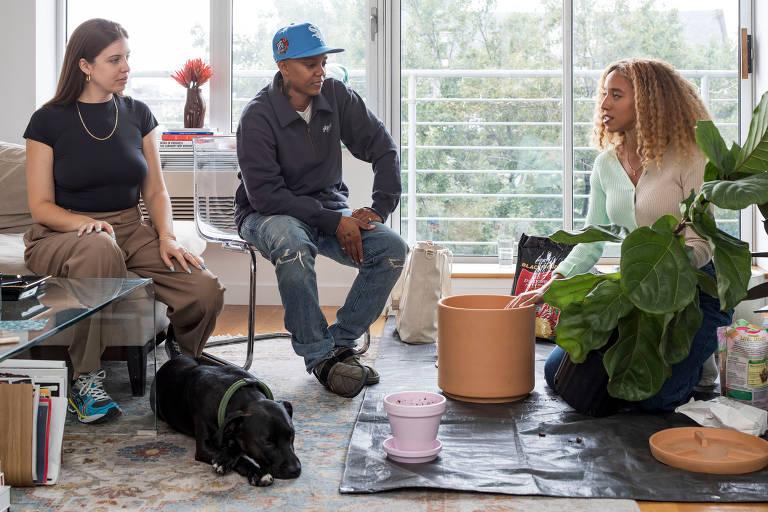 Maryah Greene, à direita, proprietária da empresa Green Piece, aconselha Jodi Taylor, à esquerda, e L. Cardenas, durante uma consulta de cuidados com as plantas em sua casa em Nova York