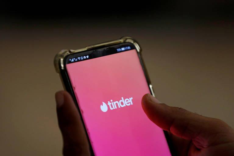 Tinder é uma aplicação multiplataforma de localização de pessoas para serviços de relacionamentos online